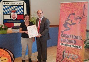 Marco Marzi ehrt Heike Ammon mit der bronzenen Ehrennadel