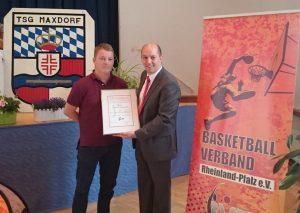 Marco Marzi ehrt Christian Klaverveld mit der bronzenen Ehrennadel