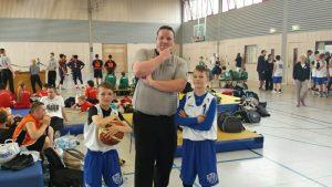 Basketball Schiedsrichter und Spieler